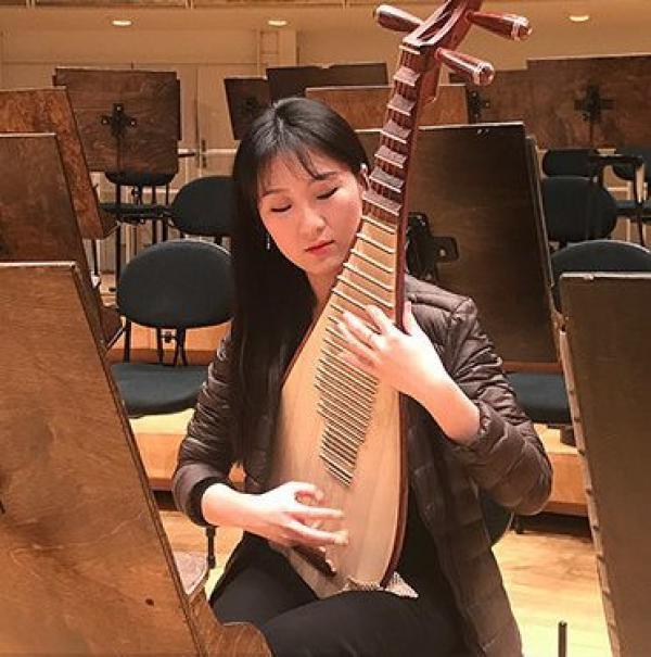 Lors de la tournée mondiale de Shen Yun, la joueuse de pipa Yu Liang retourne en pensée dans son pays la Chine, où le spectacle n'est pas autorisé à se produire. (Image :Shen Yun)