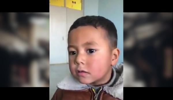 Le fils d'Abdurahman Tohti vu dans la vidéo de propagande. Il semble que l'enfant subisse un lavage de cerveau dans une école publique.  (Image : Capture d'écran / YouTube)