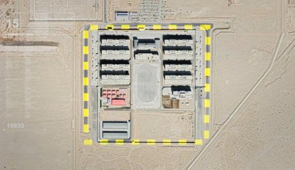 Une image satellite montrant l'emplacement possible d'un camp de détention. Selon un rapport de l'Australian Strategic Policy Institute, le nombre de camps de «rééducation» au Xinjiang semble être 40 % plus élevé que les estimations précédentes. (Image : Capture d'écran / YouTube)
