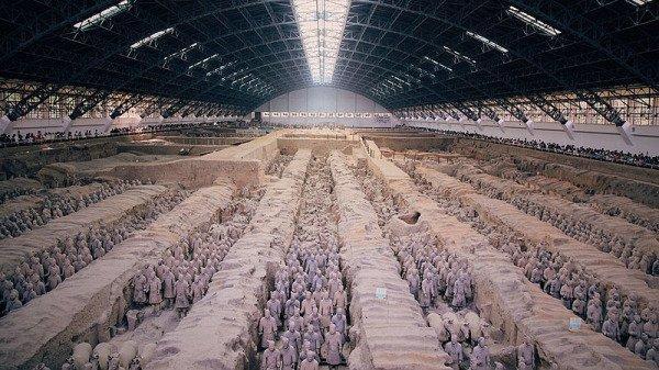 Les couleurs sur les guerriers et les chevaux en terre cuite ont rapidement disparu après l'ouverture de la tombe de Qin Shi Huang en 1976 à Xi'an, dans la province du Shaanxi, et n'ont jamais été véritablement retrouvées. La photo est un plan central des guerriers et des chevaux en terre cuite au mausolée du premier empereur de Qin après l'entrée de la salle d'exposition dans la fosse 1. (Image : Domaine public Legolas1024 / Wiki / CC BY-SA 4.0)