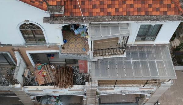 Récemment, dans un complexe résidentiel « haut de gamme » situé à l'est de la Chine, plusieurs fenêtres ont été soufflées, les murs extérieurs arrachés et les grilles de balcon emportées. (Image: Capture d'écran / YouTube)