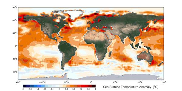 Anomalie de température à la surface de la mer, observée par satellite au cours des cinq dernières années (2015-2019), référence aux cinq premières années (1982-1986). Un réchauffement accru de l'océan apparaît au-dessus des régions subtropicales. Ces modèles de réchauffement étendent les zones d'eau chaude tropicales et entraînent l'expansion tropicale. Les rectangles rouges marquent les latitudes des gyres océaniques subtropicales où le processus dynamique de l'océan peut facilement accumuler de la chaleu