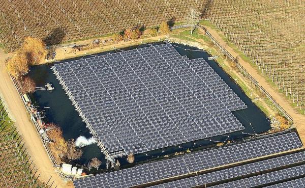 La centrale solaire flottante permet d'économiser de l'espace comme des terres agricoles ou constructibles.(Image :wikimedia/GNU FDL)