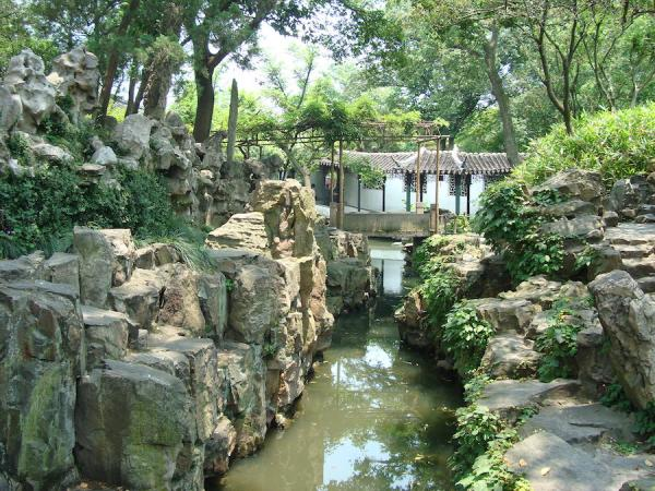 """Jardin chinois : montagnes (rochers qui constituent une """"montagne artificielle"""") et eaux du jardin de l'Administrateur maladroit. (Photo : Yolaine Escande)"""