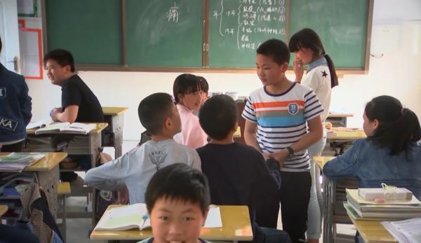 Dans le cadre du système Hukou, les enfants de migrants ruraux ne reçoivent pas les allocations d'éducation s'ils déménagent avec leurs parents dans une zone urbaine. (Image: Capture d'écran / YouTube)