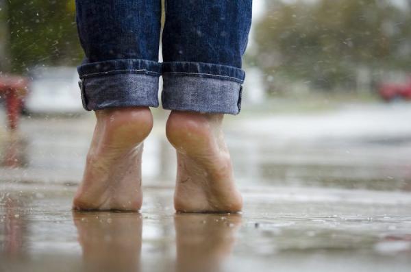 Marcher sur la pointe des pieds: quels bienfaits?