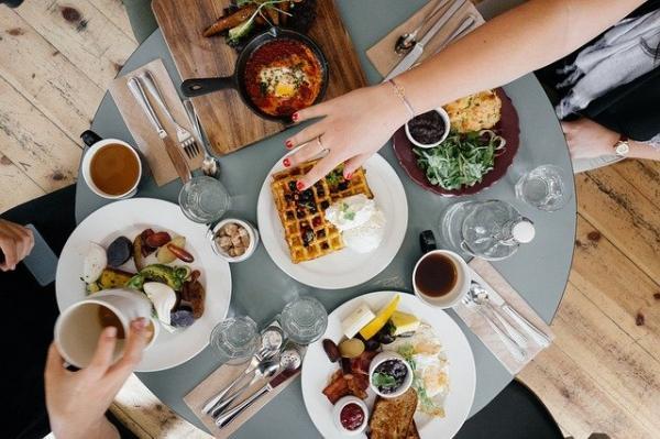 Un petit déjeuner copieux en famille offre beaucoup d'avantages. (Image :Free-Photos/Pixabay)