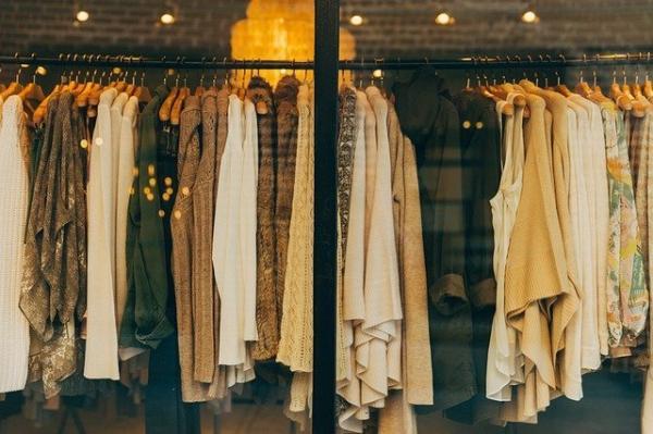 Au siècle suivant avec le développement du « prêt-à-porter » qui multiplie la reproduction de modèles standardisés, la mode devient un phénomène de société. (Image :Free-Photos/Pixabay)