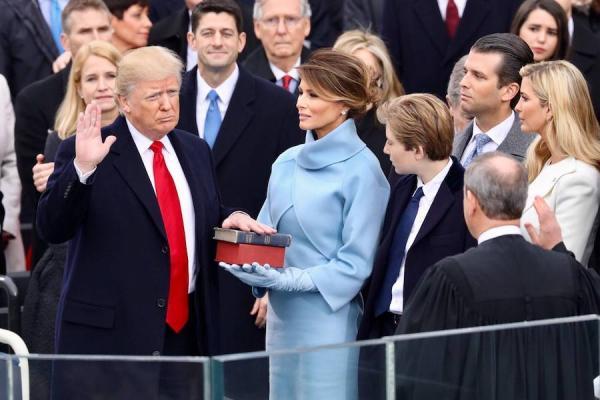 Jour d'investiture du dernier président des États-Unis: Donald Trump, le 20 janvier 2017, sur les marches du côté ouest du Capitole, lors de sa prestation de serment sur La Bible. (Image : Wikimedia / The White House / Domaine public)