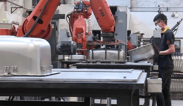 L'interaction de certains robots conçus pour effectuer des tâches spécifiques, peut s'avérer dangereuse pour les êtres humains. (Image : Capture d'écran / YouTube)