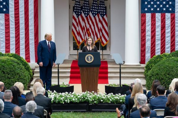 Amy Coney Barrett aux côtés du président Donald Trump lors de sa désignation comme candidate à la Cour suprême.