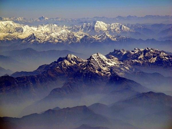 En 1994, les scientifiques ont découvert un fait étonnant : il n'y a pas de «racinescrustales » au pied de l'Himalaya, comme si cette chaîne de montagnes flottait sur le plateau Qinghai-Tibet, tel un château dans le ciel. (Image :David Mark/Pixabay)