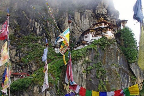 De nombreux temples et monastères sont nichés aux flans des montagnes. (Image :jbootsPixabay)