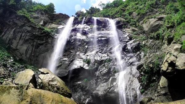 La cascade de Penglai à Caoling. (Image : Capture d'écran YouTube)
