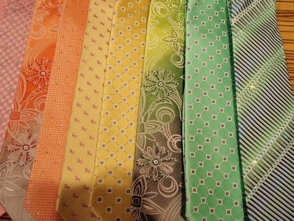 Le satin de soie est souvent utilisé pour les doublures élégantes des costumes masculins, mais aussi pour les cravates et les nœuds papillons. (Image : Build WordPress Cheap / Pixabay)