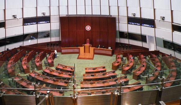 Après que quatre députés pro-démocratie de Hong Kong aient été démis de leur mandat par Pékin au motif de «menace pour la sécurité nationale», presque tous les législateurs pro-démocratie ont annoncé leur démission en signe de protestation.(Image :Tksteven/wikimedia /CC BY 2.0)