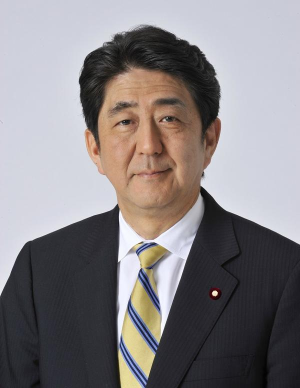 À la fin du printemps 2020, l'ancien Premier ministre japonais Shinzo Abe a annoncé un plan de 2,2 milliards de dollars pour rapatrier la production de la Chine vers le Japon. (Image : wikimedia / Prime Minister of Japan Official / CC BY 4.0)