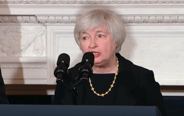 Janet Yellen s'exprimant à la Maison Blanche en 2013, suite à sa nomination au poste de président de la Réserve fédérale, par le Président Barack Obama. (Image : Capture d'écran /YouTube)