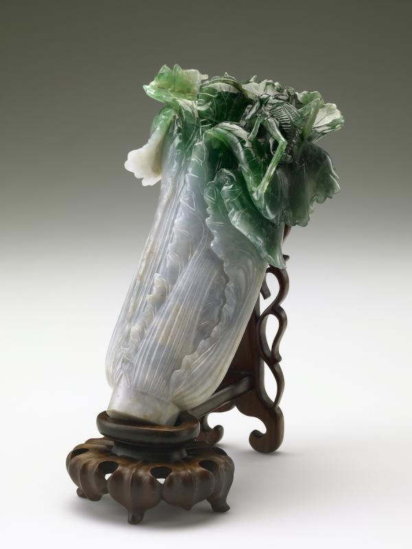 Chou chinois et criquet, décoration en jade bicolore. La pièce a été sculptée dans un seul bloc, la tige du chou est sculptée sur la partie blanche, les feuilles et le criquet sont sculptés sur la partie verte, hauteur 18.7 cm, Dynastie Qing (清朝, 1644 – 1912). (Image : Musée national du Palais, Taipei / @CC BY4.0)