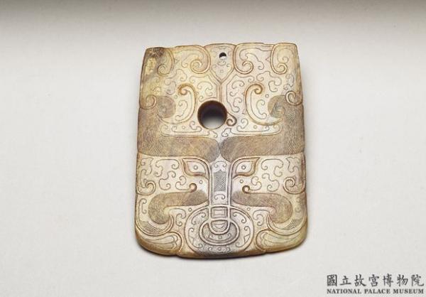 Chou chinois et criquet, décoration en jade bicolore. La pièce a été sculptée dans un seul bloc, la tige du chou est sculptée sur la partie blanche, les feuilles et le criquet sont sculptés sur la partie verte, hauteur 18.7 cm, Dynastie Qing (清朝,1644 – 1912). (Image : Musée national du Palais, Taipei / @CC BY4.0)