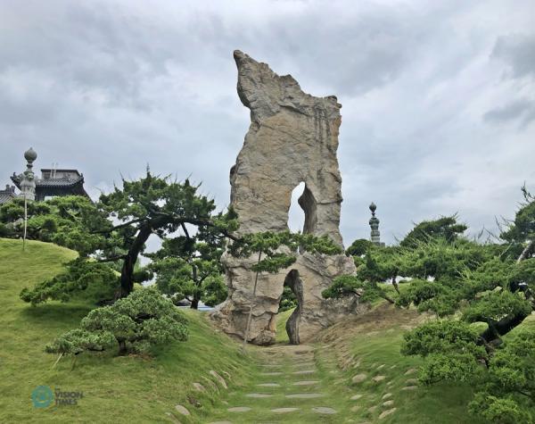 La pierre de Lingbi originale à l'entrée du Trail of Life. (Image : Billy Shyu / Vision Times)