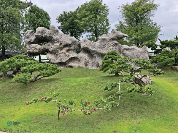 Un ancien rocher étonnant dans le jardin du temple Dazhishan Xuankong. (Image : Billy Shyu / Vision Times)