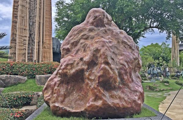Un ancien rocher étonnant dans le jardin du temple Dazhishan Xuankong. (Image : Julia Fu / Vision Times)