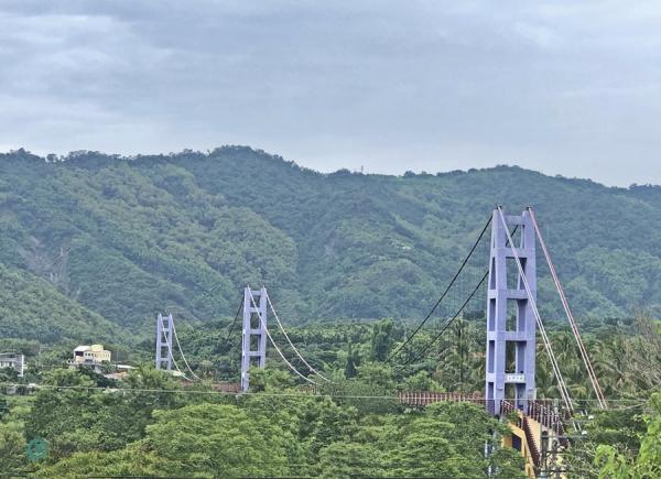 Le pont suspendu de Yongsing, près du temple Dazhishan Xuankong. (Image : Billy Shyu / Vision Times)