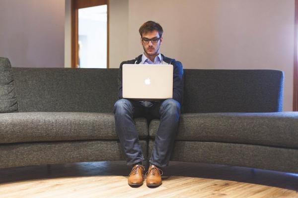 Se tenir bien droit en étant assis est bénéfique. (Image : Pixabay)