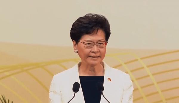 Carrie Lam n'a nulle part où déposer son salaire dû au respect des sanctions américaines par les banques de Hong Kong. (Image : Capture d'écran / YouTube)