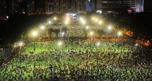 Les Hongkongais se rassemblent pour une veillée aux chandelles afin de commémorer le massacre de la place Tiananmen, dans le parc Victoria, à Hong Kong, le 4 juin 2020. Depuis plus de 30 ans, les Hongkongais ont ressenti une certaine affinité avec les étudiants protestataires tués par l'APL à Tiananmen lors du mouvement pro-démocratique de 1989. (Image : Song Bilung / The Epoch Times)
