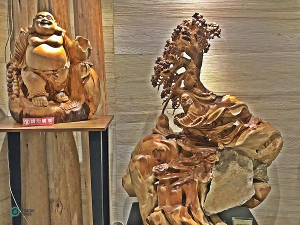 De nombreuses sculptures en bois intéressantes sont exposées au musée. (Image : Billy Shyu / Vision Times)