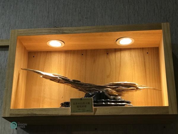 Ce morceau de bois résineux du musée de la forêt du bois d'agar de ChengLin fait penser à un aigle. (Image : Billy Shyu / Vision Times)