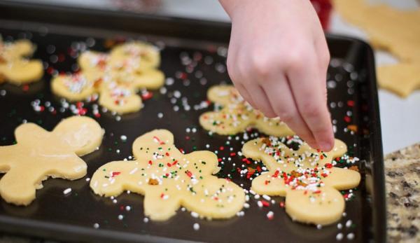 En voyant comment les personnes âgées se montrent  reconnaissantes pour ces biscuits qu'ils vous ont aidé à confectionner, les enfants seront en mesure de comprendre la nécessité d'être généreux. (Image :pixabay/CC0 1.0)