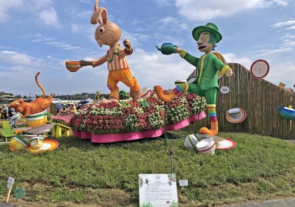 Les immenses installations florales du festival présentaient des personnages bien connus du pays des merveilles. (Image : Julia Fu / Vision Times)