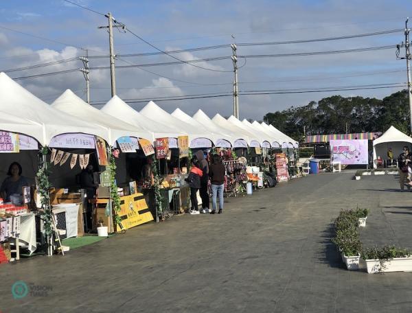 Le festival des fleurs accueille aussi une foire de produits agricoles locaux et d'autres spécialités. (Image: Billy Shyu / Vision Times)