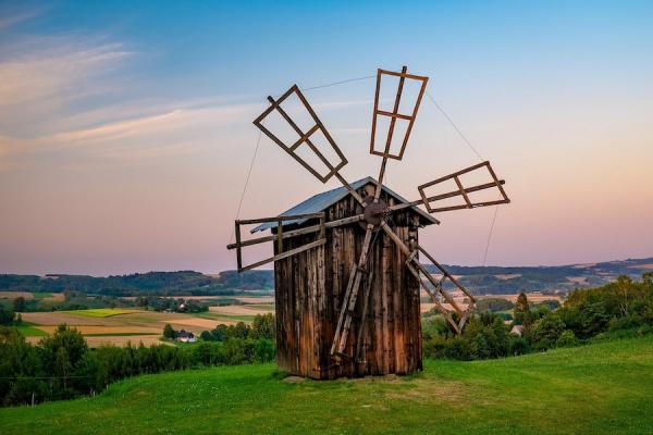 Meg et Ollie Clothier aidaient entre autres à vérifier l'état des moulins à vent dans les fermes australiennes. (Image :Pixabay/CC0 1.0)
