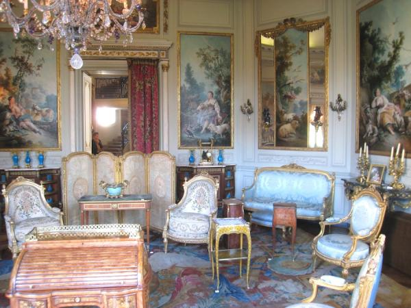 Le salon des Huets. Jean-Baptiste Huet, connu pour ses scènes pastorales a dessiné des motifs à succès pour les toiles de Jouy. (Image : wikimedia / Daderot / Domaine public)