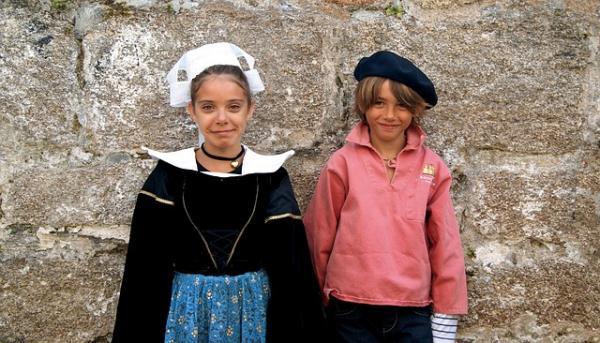 Le port du costume traditionnel en particulier renforce l'idée d'appartenance à un groupe et le costume serait l'équivalent d'une véritable carte d'identité. (Image :Gabriel LE NAOUR/Pixabay)