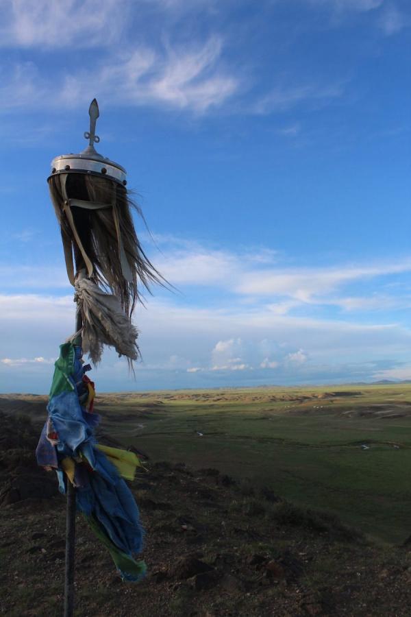 Une bannière en crin de cheval orne un monument à flanc de colline dans le centre de la province de Bayankhongor, en Mongolie. (Image : William Taylor)