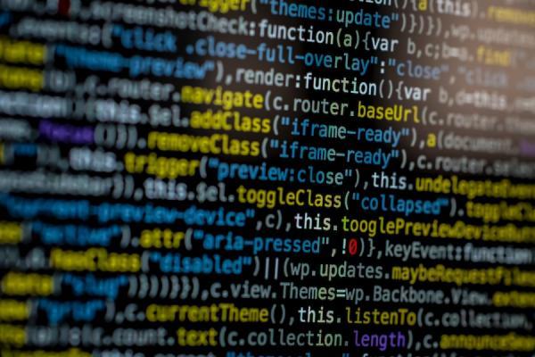 Des hackers peuvent facilement entrer dans le code source* et modifier les données. (Image : Markus Spiske/Pexels)