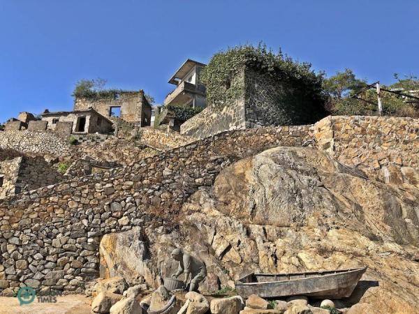 Il y a encore de nombreuses maisons en pierre abandonnées dans le village de Jinsha. (Image : Billy Shyu / Vision Times)