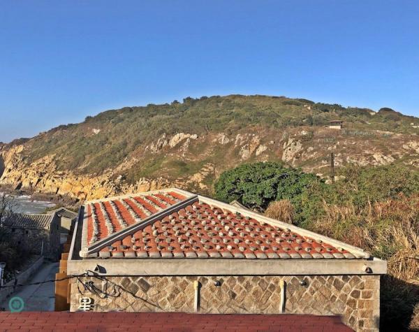 Les tuiles rouges sur les toits des maisons traditionnelles de pierre à Matsu sont couvertes de blocs de roche. (Image : Julia Fu / Vision Times)