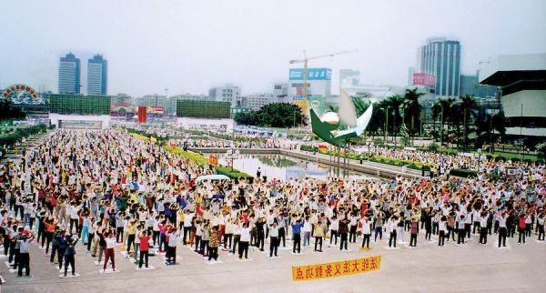 La pratique de Falun Gong à très grande échelle, comme ici à Guangzhou, était une scène quotidienne en Chine avant la persécution lancée par Jiang Zemin en 1999. (Image : wikimedia / ClearWisdom.net / CC BY-SA 3.0)