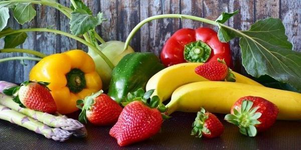 Particulièrement riches en vitamines A, C et B9, les fruits et légumes maintiennent l'organisme en bonne santé. Les consommer frais en abondance chaque jour est vivement recommandé. (Image :RitaE/Pixabay)