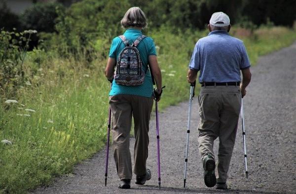 Avoir une activité physique régulière permet de maintenir la souplesse et la force musculaire.L'Organisation mondiale de la santé recommande aux séniors d'exercer « 30 minutes d'activité d'intensité modérée 5 fois par semaine ». (Image :pasja1000/Pixabay)