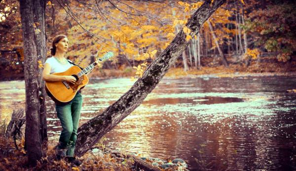 Search No More est l'une des chansons préférées de Katy Mantyk car elle dégage une énergie puissante dans laquelle elle se fond, comme un courant qui circule entre le chanteur, l'auditeur et le ciel. (Image : avec l'aimable autorisation de James Smith)