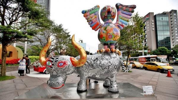 L'œuvre frappante du célèbre artiste Hung Yi, exposée devant l'immeuble du Taipei 101 (Image : Hung Yi Art Gallery)
