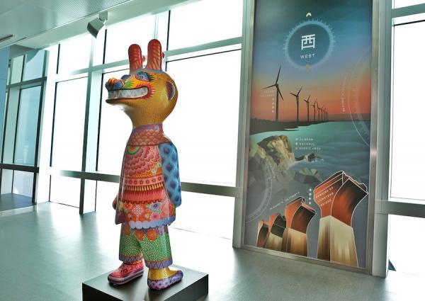 L'œuvre classique de Hung Yi Descendants of the Dragon exposée à l'Observatoire de Taipei 101. (Image : Galerie d'art Hung Yi)