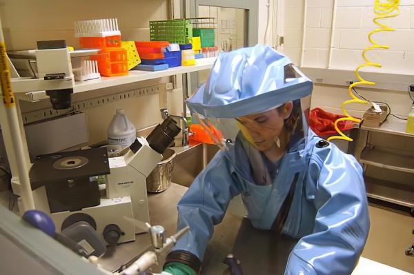 Un laboratoire classé P4 abrite des éléments de haute dangerosité. Une protection maximale est exigée pour manipuler des germes est désignée par le sigle NSB4 (niveau de sécurité biologique 4). (Image : wikimedia / United States Army Medical Research Institute of Infectious Diseases / Domaine public)